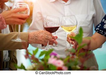 concetto, persone, fuoco, casa anziana, fondo, -, occhiali, gioioso, felice, vetro, amici, stile di vita, pranzo, insieme, applauso, maturo, divertimento, anziano, vino, detenere, sinistra