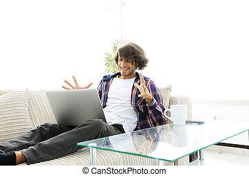 concetto, successo, seduta, laptop, couch., tipo, felice
