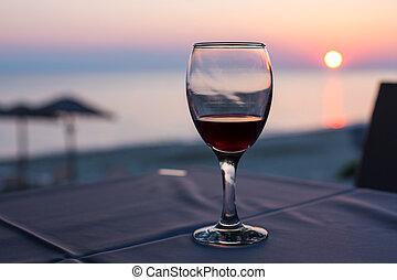 concetto, vetro, vacanza, fondo., tramonto, estate, spiaggia, vino rosso