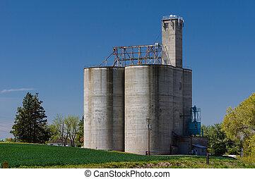 Concrete grain storage silos with elevator