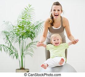 condicão física, bebê, bola, tocando, mãe