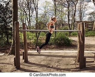 condicão física, femininas, fazendo, barra paralela, mergulhos
