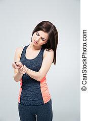 condicão física, mulher jovem, com, pulso, dor