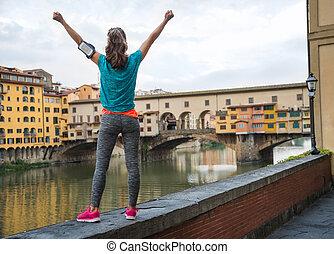 condición física, mujer, alegría, delante de, ponte vecchio, en, florencia, yo
