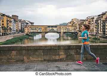 condición física, mujer, jogging, delante de, ponte vecchio, en, florencia, ita