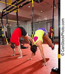 condición física, trx, entrenamiento, ejercicios, en, gimnasio, mujer y hombre