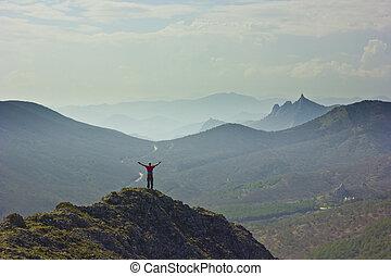 condizione uomo, su, uno, scogliera, in, montagne, con, mani in alto
