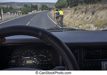 conducción, lentamente, atrás, ciclistas, en, local, camino