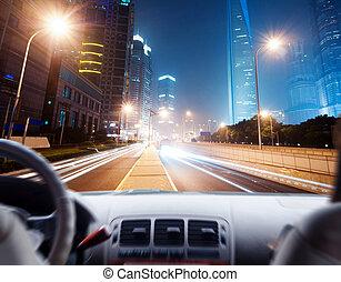 conducteur, mains, a, volant, de, a, voiture, et, scène nuit