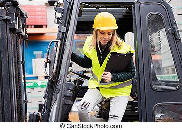 conductor, hembra, camión, warehouse., exterior, carretilla elevadora