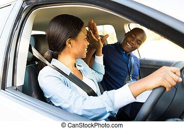 conduite, débutant, chauffeur, jeune, haut cinq, africaine, instructeur
