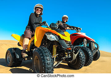 conduite, gens, couple, -, motards, sable, desert., quad, sourire heureux