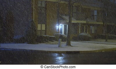 conduite, résidentiel, voitures, rue, neige, secteur, lentement, couvert, nuit