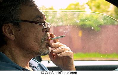 conduite, voiture, portrait, fumer, homme aîné