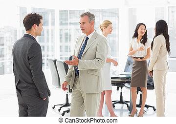 conférence, affaires gens, ensemble, parler, salle