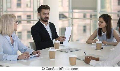 conférence, groupe, ou, équipe, participant, mâle, réunion, éditorial, parler