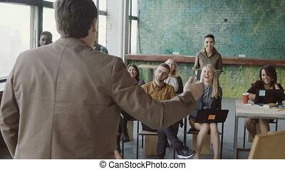 conférence, groupe, professionnels, experience., jeune, créatif, conversation, team., course, impart, mélangé, homme affaires