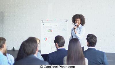 conférence, groupe, professionnels, mener, moderne, question, demander, femme affaires, présentation, salle