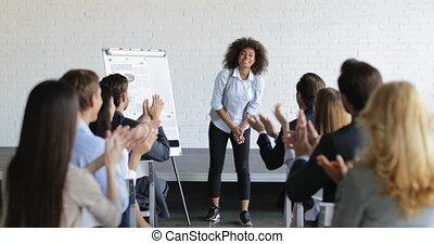 conférence, groupe, professionnels, réussi, femme affaires, applaudir, américain, parole, africaine, pendant, réunion, congradulating, heureux