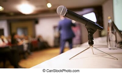 conférence, hall., microphone, business, premier plan, debout, table