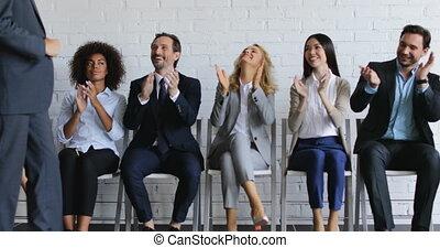 conférence, marche, groupe, bureau affaires, gens, applaudir, applaudir, collègues, salle, équipe, orateur, réunion, mains, salutation, sourire heureux, présentation, éditorial, avant