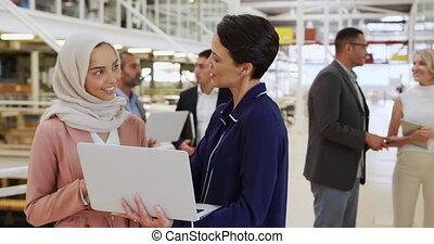 conférence, ordinateur portable, femmes affaires, utilisation, foyer