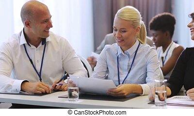 conférence, papiers, discussion affaires, gens