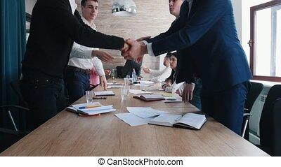 conférence, poignée main, fin, business, séance, donner, gens, autre, chaque, conference., table.