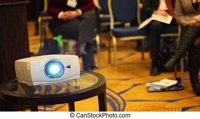 conférence, séance gens, projecteurs, fond, barbouillage, salle