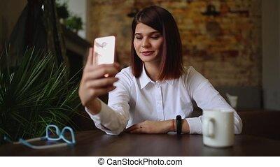 conférence, smartphone, via, téléphone, bureau., app, jeune, avoir, conversation, femme, vidéo, bavarder, utilisation, maison, sourire, conversation, femme affaires, désinvolte, intelligent, heureux