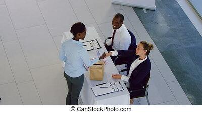 conférence, vérification, enregistrement, femme affaires, table, 4k