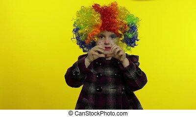 confection, avoir, arc-en-ciel, peu, clown, fille souriant, danser., perruque, amusement, halloween, faces., idiot, enfant