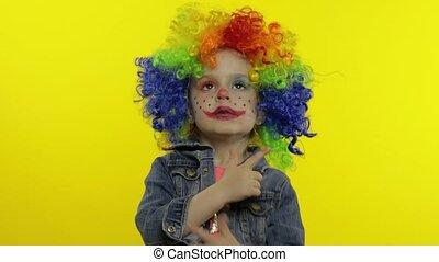 confection, avoir, coloré, peu, clown, fille souriant, danser., perruque, amusement, halloween, faces., idiot, enfant