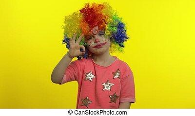 confection, coloré, peu, clown, girl, sourire., perruque, spectacles, faces., halloween, ok signent, idiot, enfant