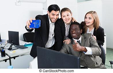 confection, groupe, satisfait, téléphone, international, collaboration, après, business, selfie, bureau