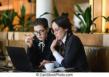confection, ordinateur portable, écolières, devoirs, utilisation