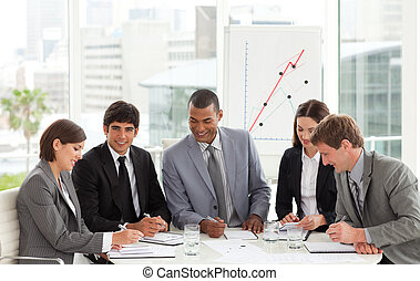 conferência, ao redor, negócio, sentando, multi-étnico, equipe, tabela