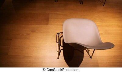 conferência, cadeiras, muitos, algum, um, escuro, move-se, corredor, vista