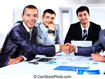 conferência, diagrama, assinando, trabalho, financeiro, pessoas negócio, reunião, equipe, sentando, gráficos, gráfico, acordo, discutir, aperto mão, homens negócios, durante, escrivaninha, grupo, agitação mão