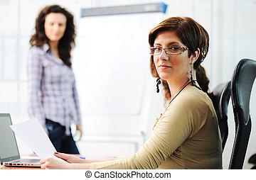 conferência, escritório, negócio, junta escrevendo, segurando, mulheres