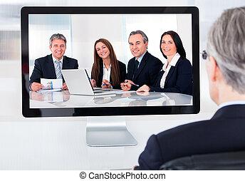 conferência, homem negócios, vídeo, maduras, assistindo