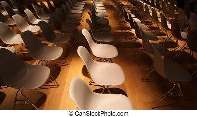 conferência, muitos, algum, um, escuro, cadeira, move-se, corredor, vazio, vista