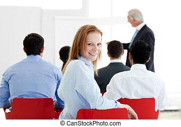 conferencia, caucásico, sonriente, mujer de negocios
