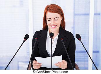 conferencia, dar, sonriente, discurso, mujer de negocios