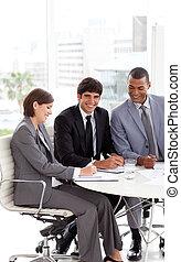 conferencia, empresarios, sentado, joven, tabla