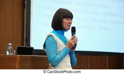conferentie, microfoon, vrouw, door, zaal, het spreken