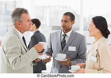 conferenza, caffè, persone affari, parlare, detenere