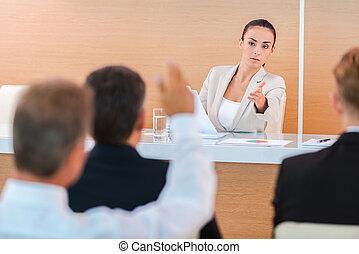 conferenza, donna, everyone, parola, discussion., seduta, dare, benvenuto, giovane, formalwear, fiducioso, mentre, qualcuno, pubblico, salone