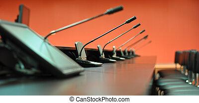 conferenza, microfoni, primo piano, sedie ufficio, tavola