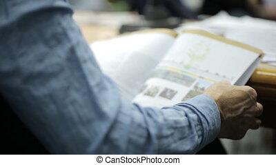 conferenza, seduta, tabelle, disegni, rivista, attraverso, mettendo foglie, uomo